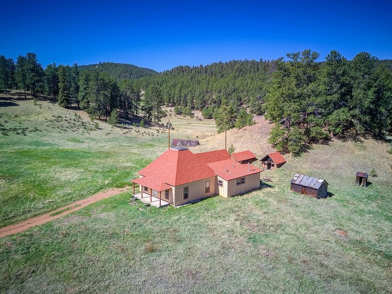 Charming 1901 Ranch House on 126 Acres, alquiler de vacaciones en Woodland Park