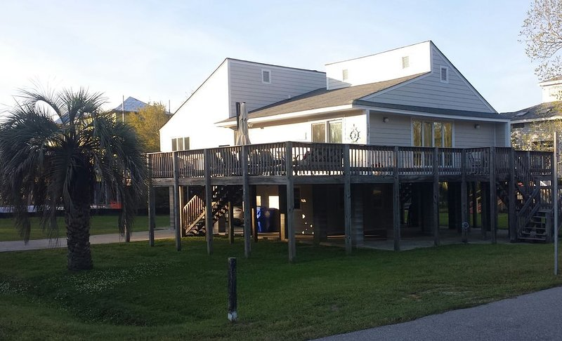 Corner Oasis Beach House With Surounding Deck Short Walk To The Beach, holiday rental in Sullivan's Island