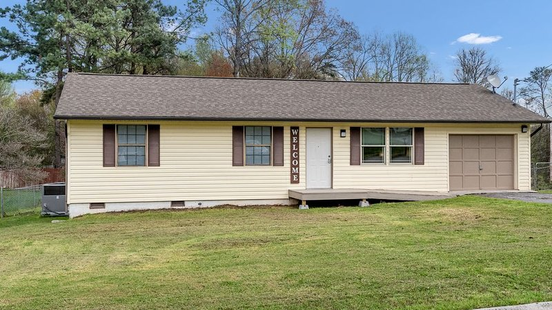 Yard, Charcoal Grill & Fire Pit. 4 Bedrooms, holiday rental in Friendsville