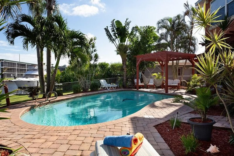 Waterfront Retreat, Game Room, Fire Pit 1 block to beach, alquiler vacacional en Cocoa Beach