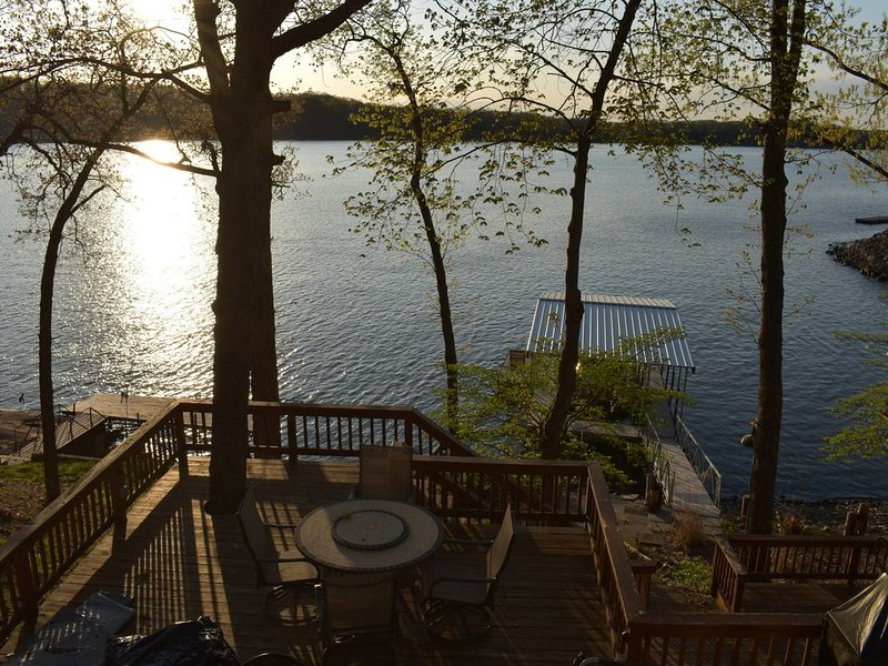 *LAKEFRONT HOME 9.5 MM*Amazing Views, Deck, Dock, Boat/Jet Ski Rental Options, vacation rental in Laurie