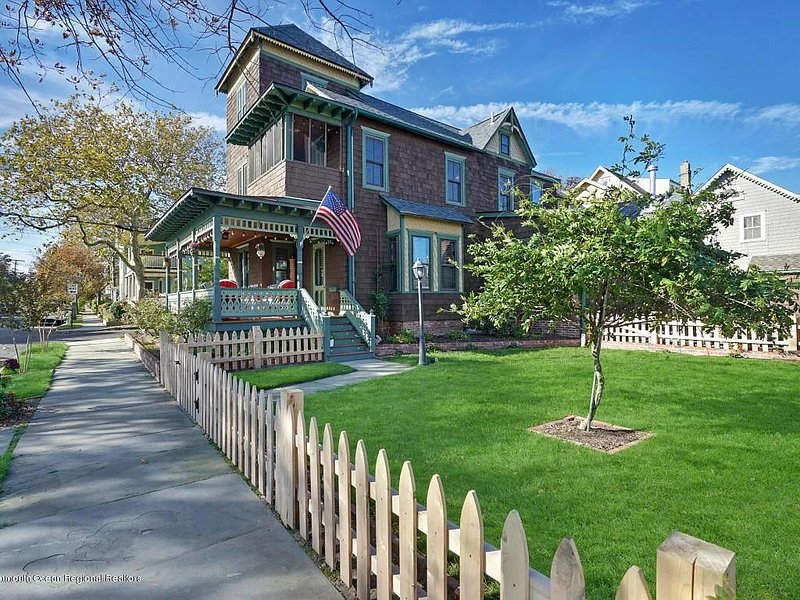 Updated Grand Victorian with yard, patio, garage over looking Fletcher Lake, holiday rental in Neptune