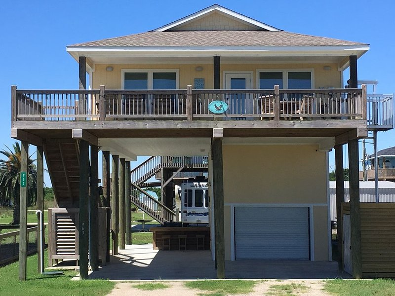 Pelican's Perch  4 Bedrooms   Includes Cargo LIft, WiFi, Cable, location de vacances à Crystal Beach