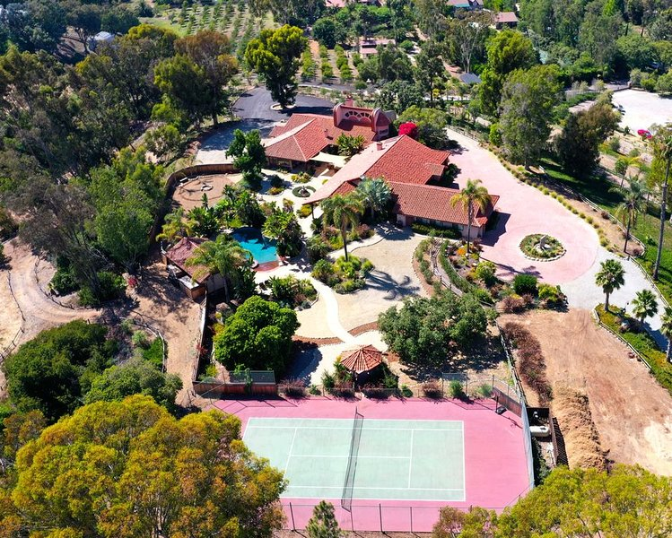 4 Bedroom Rancho estate overlooking luxurious equestrian property – semesterbostad i Rancho Santa Fe