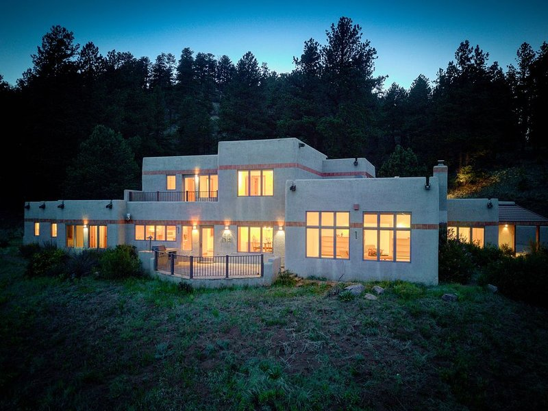 Amazing mountain home on 126 acres bordering national forest land, aluguéis de temporada em Woodland Park