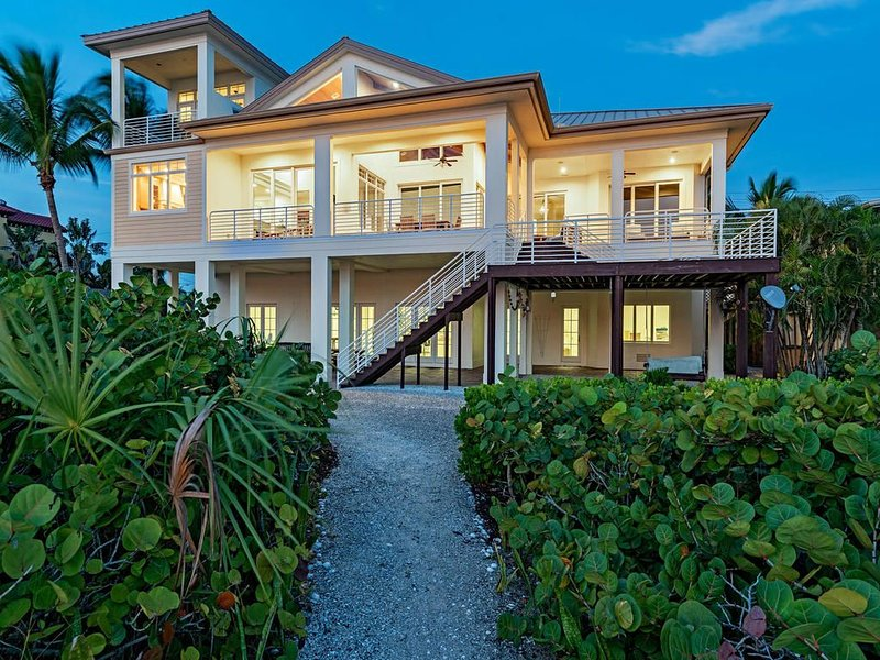 Double Lot Beachfront Home Directly on Bonita Beach - Brand new listing, alquiler de vacaciones en Bonita Springs