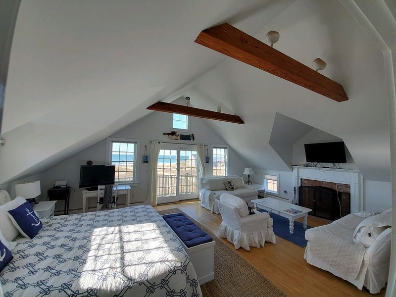 Love Sand, Madaket on the Beach - lovely seaside home, aluguéis de temporada em Nantucket