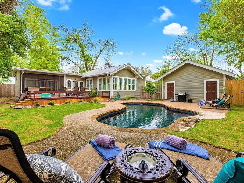 Heart of Downtown Fredericksburg w/Pool, Hot-Tub, & Grill, alquiler de vacaciones en Fredericksburg