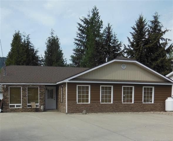 Mountain View home in a quiet neighbourhood a few minutes from the Shuswap Lake, location de vacances à Swansea Point