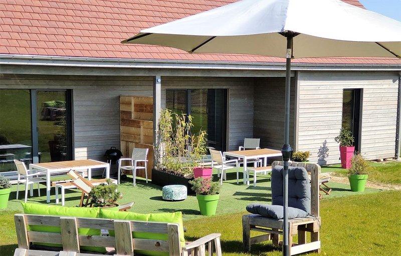 Cottage à la campagne à proximité des lacs, du vignoble et du parc NIGLOLAND, holiday rental in Magnant