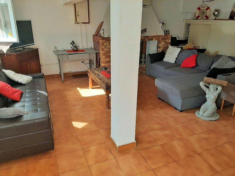 logement 6 couchages, 85m², 3 chambres, en rez de jardin dans village atypique, holiday rental in Pietra Longa Salvini