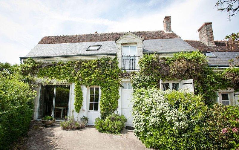Gîte spacieux pour 6/7 personnes avec piscine chauffée entre Blois et Amboise, holiday rental in Saint-Nicolas-des-Motets