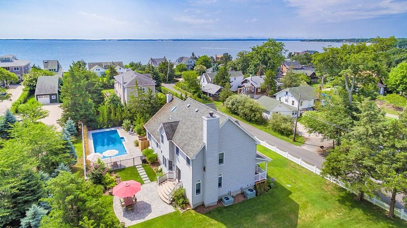 Mattituck Beach Gen. Spacious & Gorgeously Renovated Beach House Steps to Bay., alquiler de vacaciones en North Fork