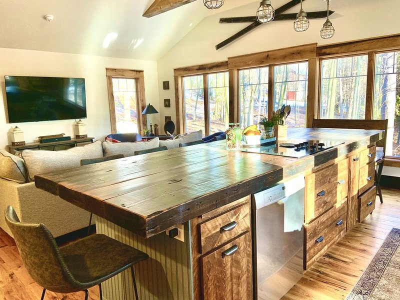 Cozy Log Cabin on 4 Acres in Jacksonport. Walk to town center and beach., vakantiewoning in Jacksonport