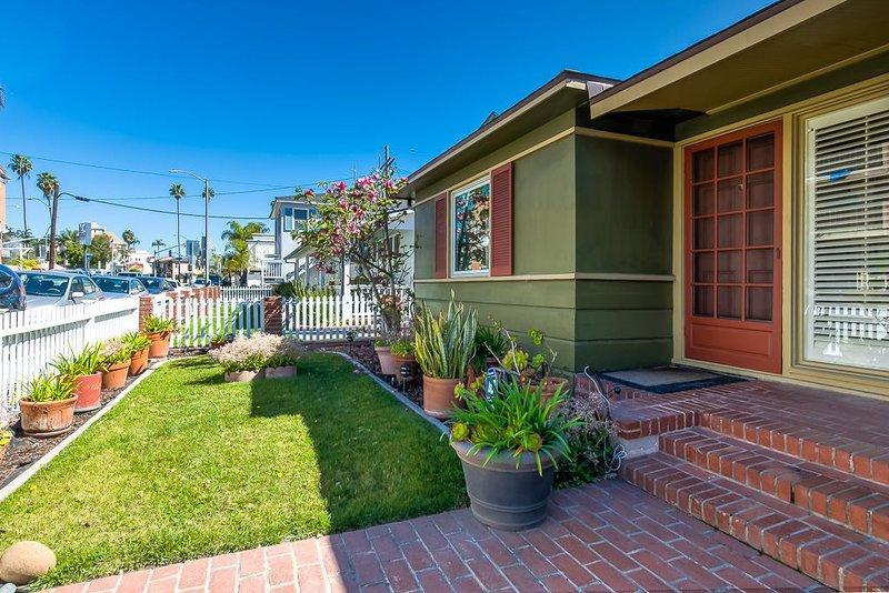 Charming Beach House Getaway, holiday rental in Long Beach