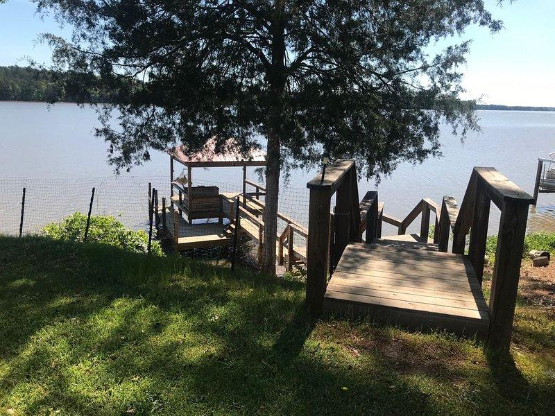 Beautiful Lake Wateree views. Private dock for boating, fishing and swimming!, aluguéis de temporada em Westville