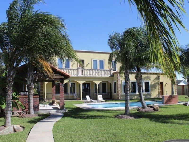 Tropicali Cove Luxury Vacation Villa Near Kemah, TX, alquiler vacacional en Bacliff