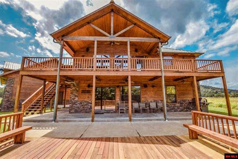 Incredible White River Waterfront Getaway Vacation, vacation rental in Calico Rock