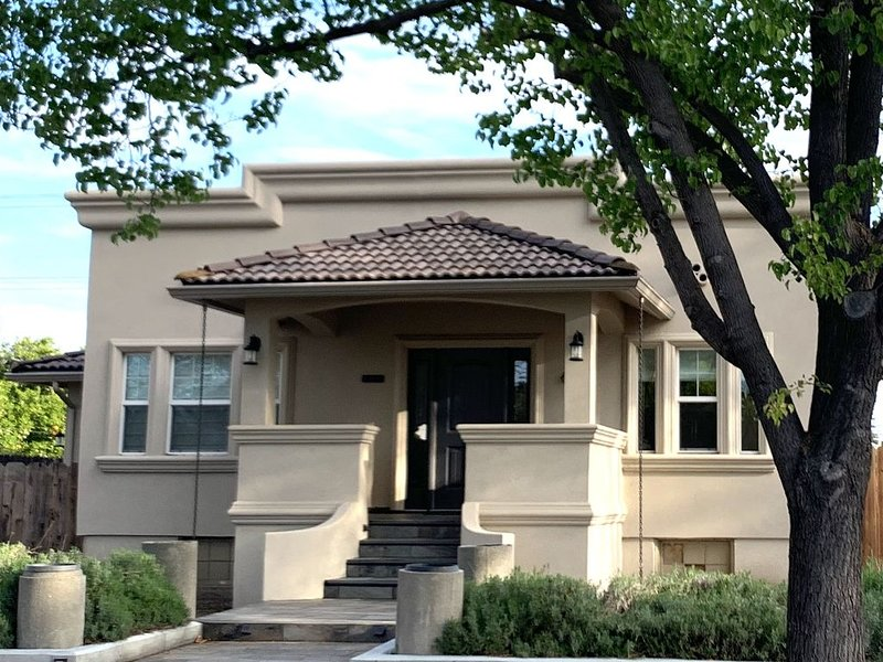 Charming 3 bedroom 2 bath Home located in the heart of Downtown Lodi, holiday rental in Lodi