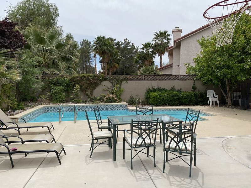 Wow 4 Bedrooms and a Pool!!, location de vacances à Henderson