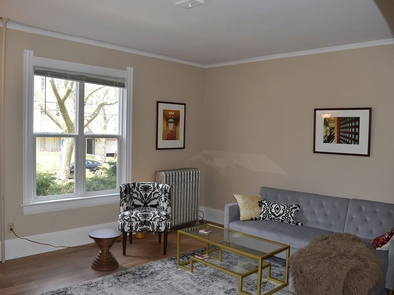 Eastside apartment with Private entrance and parking, location de vacances à Milwaukee