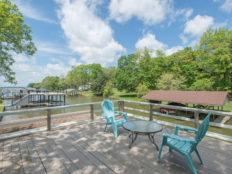 Unique Open Concept Sanctuary Nestled in the Trees on Cedar Creek Lake, holiday rental in Eustace