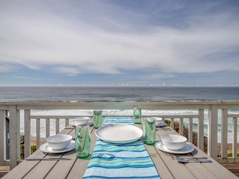Magnificent Luxury in this Oceanfront Bella Beach Home w/ Ocean-View Hot Tub, holiday rental in Depoe Bay