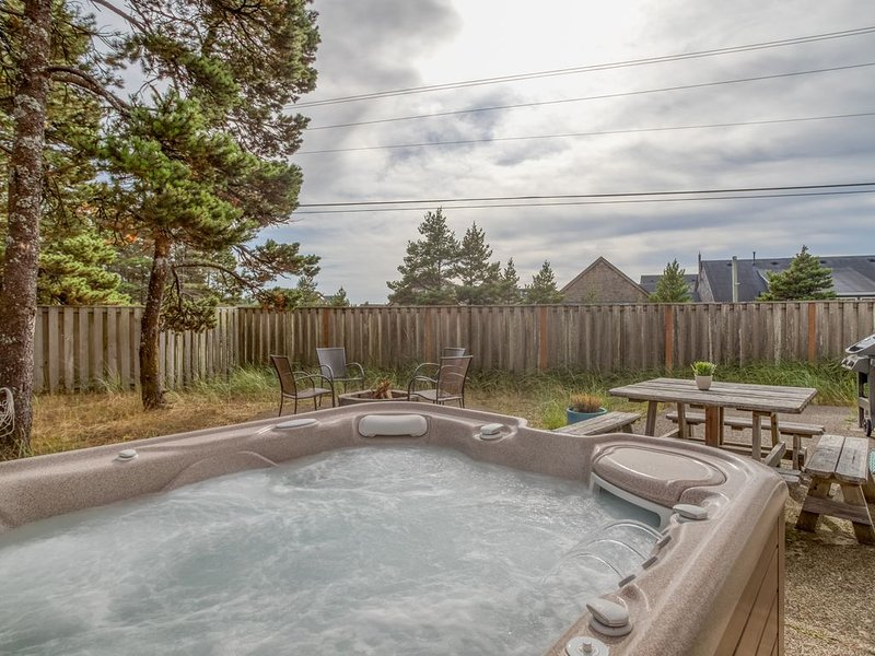 Short Walk to The Beach and local Restaurants!  Private Hot Tub with fenced yard, vacation rental in Pacific City
