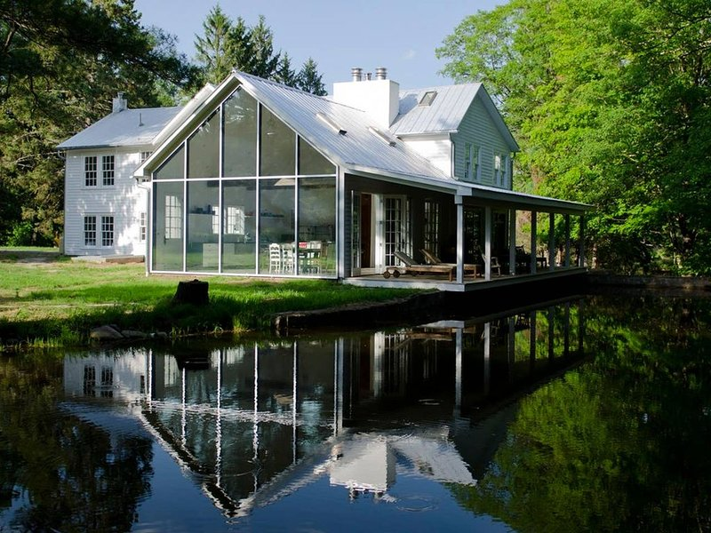 Floating Farmhouse: Stunning renovation in storybook setting, 2 hours NYC, casa vacanza a Port Jervis