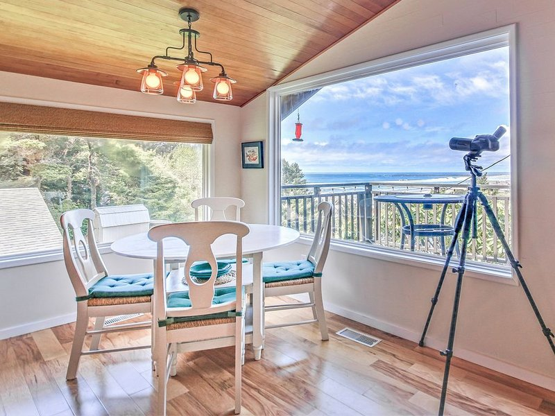 Charming, Updated Cottage Close to Newport's Attractions has Great Deck View!, location de vacances à South Beach