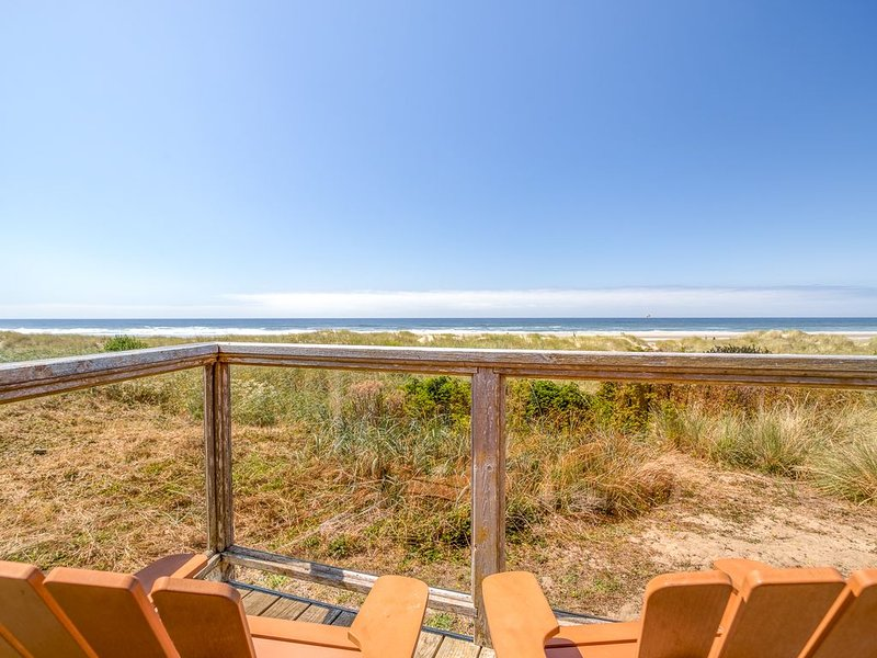 Cozy Oceanfront Home with Wrap Around Windows!  Beach access on the property!, vacation rental in Waldport