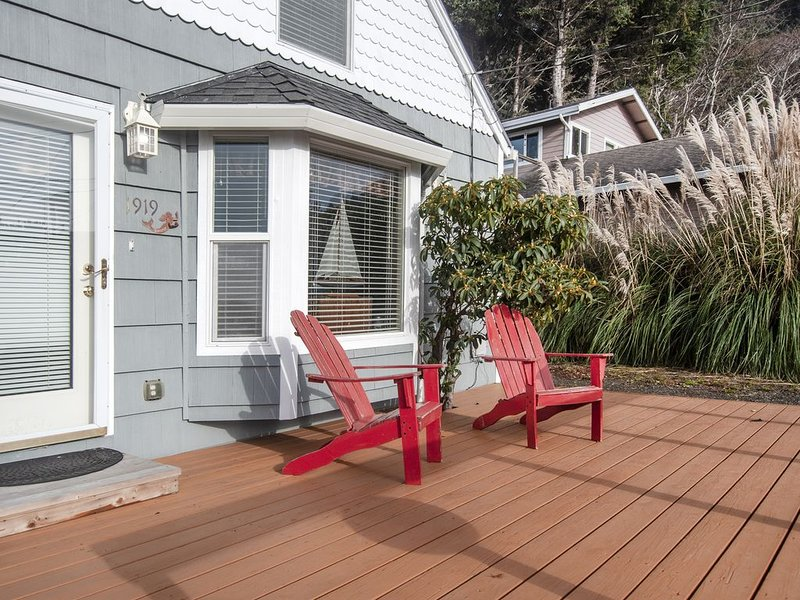 Siren Song-3 Bedroom Home Located in Roads End with Easy Beach Access Nearby, vacation rental in Otis