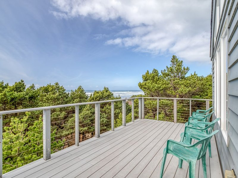 Light and Bright Oceanfront Home with Beach Access Just Steps Away! Pet Welcome!, alquiler de vacaciones en Seal Rock