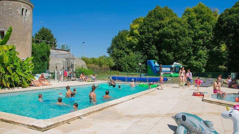 Luxe Sanitary XL 6 Pers. Villatent at 4-star campsite Le Petit Trianon, location de vacances à Ingrandes