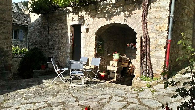 Gîte au cœur de la cité médiévale de Sainte Enimie, holiday rental in La Canourgue