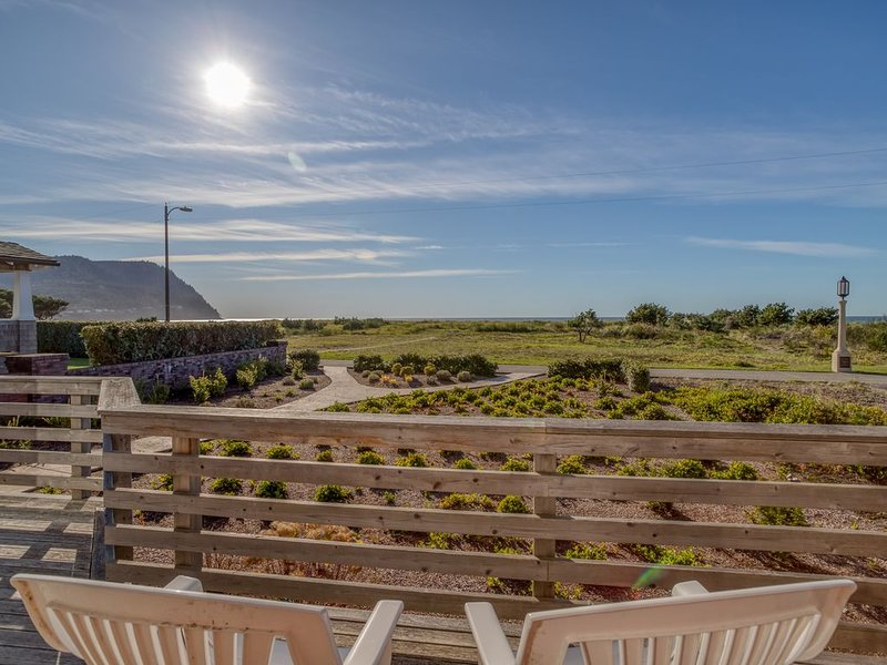 Recently Remodeled Oceanfront Home on the Prom in Seaside, OR, location de vacances à Seaside
