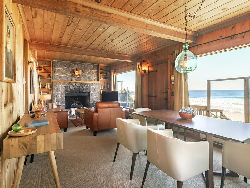 Oceanfront Beach Cottage w/High-End Mid-Century Furnishings in Roads End, vacation rental in Otis