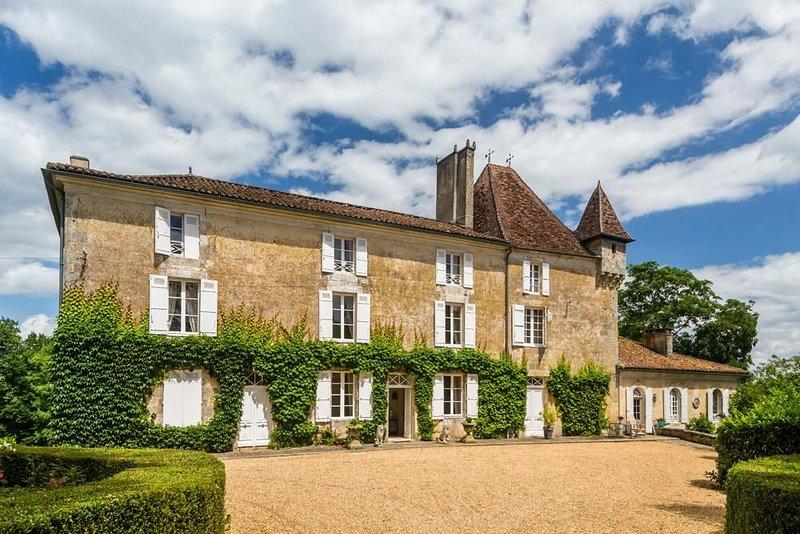 Chateau De La Guerinche at Nouvelle-Aquitaine, holiday rental in Saint-Martin-de-Fressengeas