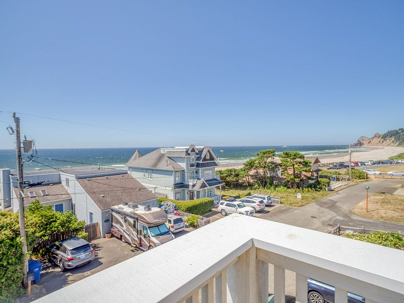 Across Street from Beach, Amazing Ocean Views, Roads End, Hot Tub & Game Room, holiday rental in Neotsu