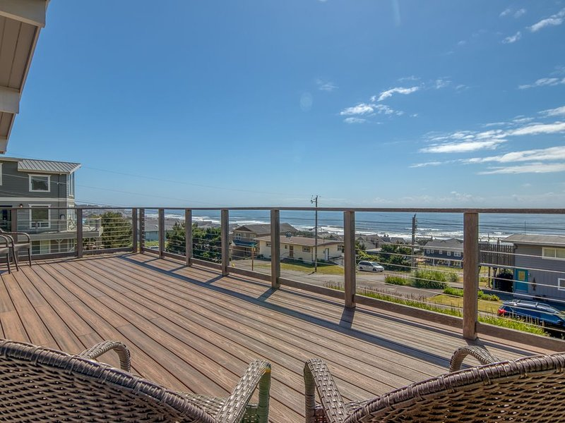 Views, Giant Deck and Hot Tub, All in Beautiful Roads End!, vacation rental in Otis