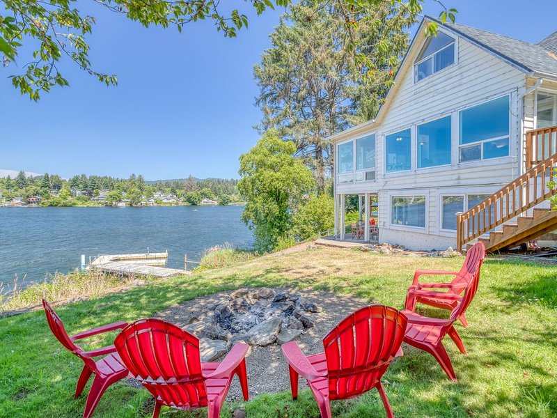 Impressive lake front home was beautifully updated, includes-Hot Tub + Game Room, holiday rental in Neotsu
