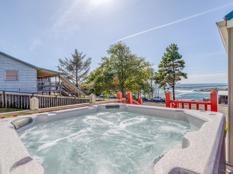 Amazing Ocean View Property W/Hot Tub In Depoe Bay, holiday rental in Depoe Bay