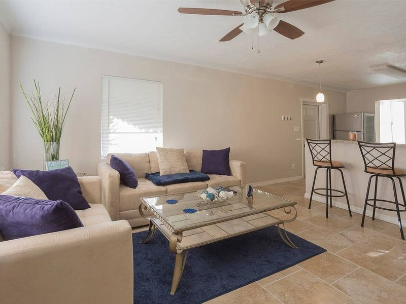 4 Miles to Beach & Downtown St. Pete!, holiday rental in Kenneth City