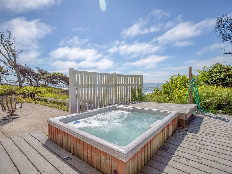 Stunning Oceanfront with Private Beach Access, Bonus Room, & Hot Tub, holiday rental in Depoe Bay