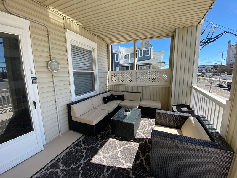 GORGEOUS! Pet friendly, 1st floor Beach/Boardwalk Block condo!, aluguéis de temporada em Ocean City