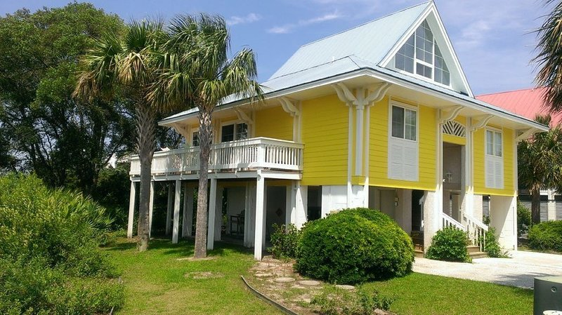 2 Golf Carts Included, River and Marsh Views, Beautiful Sunsets, vacation rental in Harbor Island