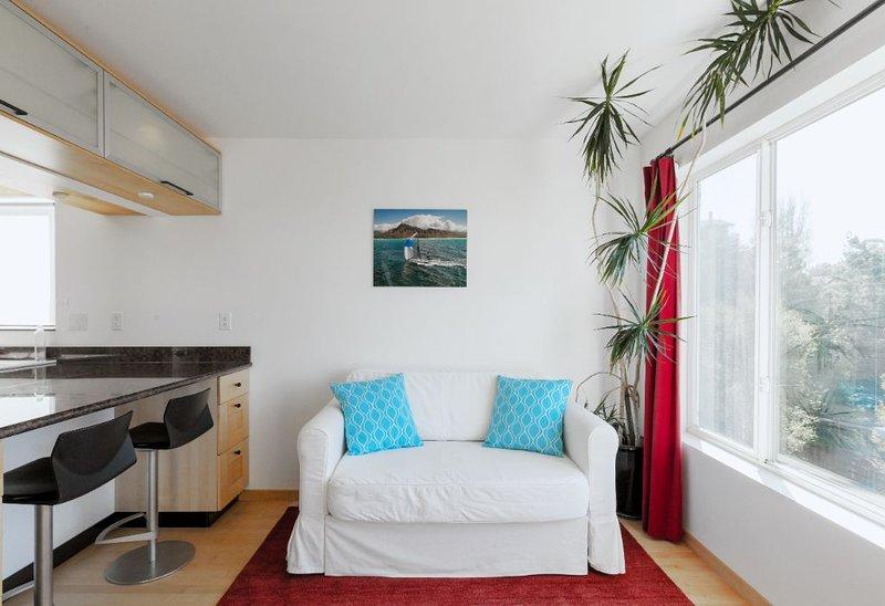 Sunny apartment with private deck, Bay view, location de vacances à Richmond