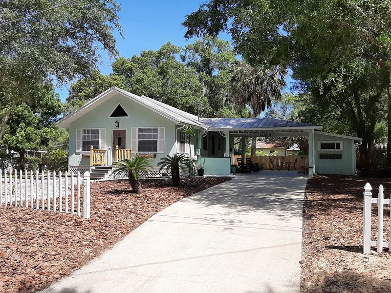 Renovated Historic 'Cozy Bungalow' in the heart of Mt. Dora!!, holiday rental in Umatilla