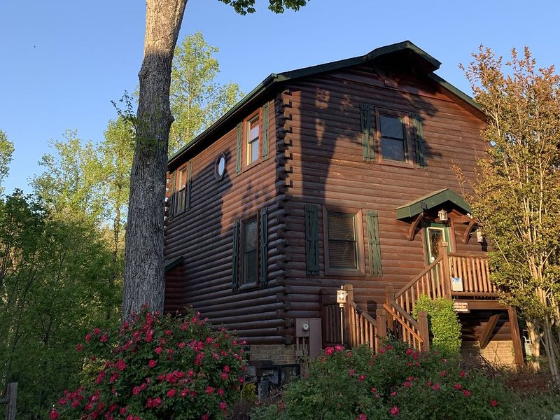 Private HotTub,close to heart of Gatlinburg,RockyTop Sports,parking,WIFI,Game Rm, vacation rental in Gatlinburg