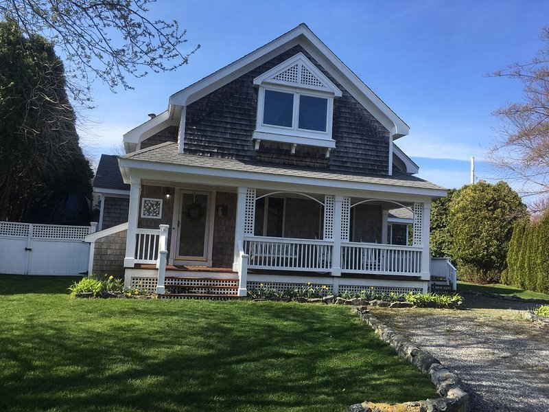 Adorable, Warm & Hospitable Cottage, easy walk to Kelly beach & oh so charming!, location de vacances à Narragansett